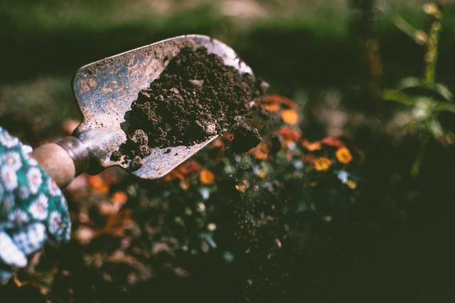 Tuinieren met een schepje