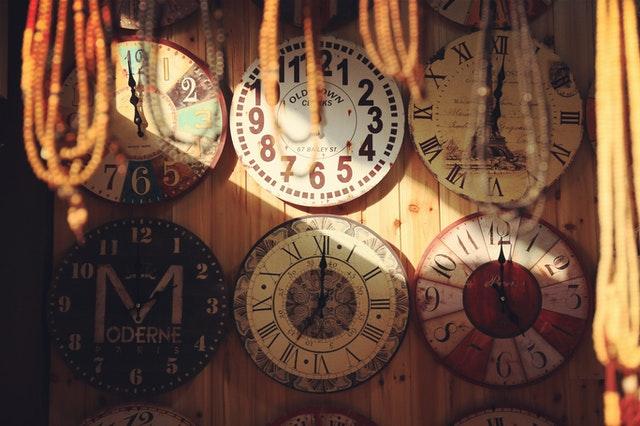 klokken aan de muur