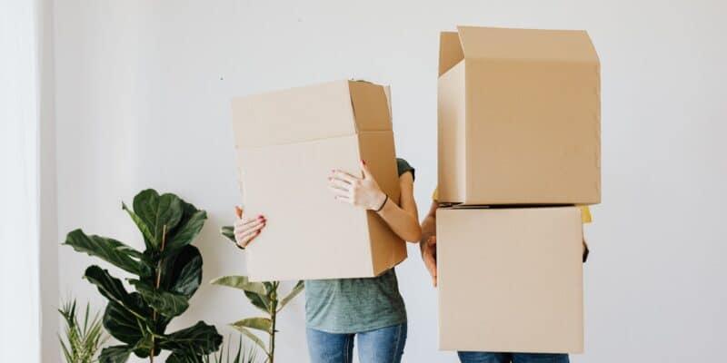 Mensen met verhuisdozen