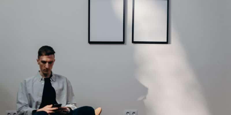 Man op stoel voor poster